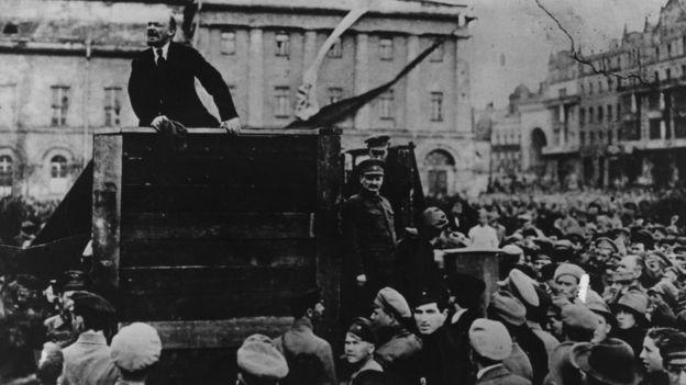Lenin Moskvada Qırmızı Ordu önündə çıxış edərkən, 5 May 1920
