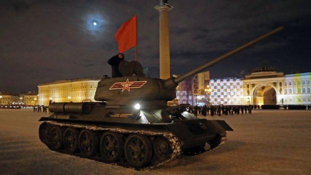 Танк Т-34 во время репетиции парада на дворцовой площади в Санкт-Петербурге