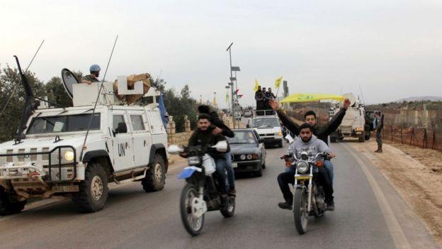 Soldados da ONU e seguidores do Hezbollah no Líbano