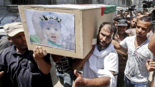 مشاهد أثناء تشييع جثمان الطفلة بيان خماش ووالدتها اللتين قتلتا جراء الغارات الإسرائيلية الليلة الماضية على قطاع غزة