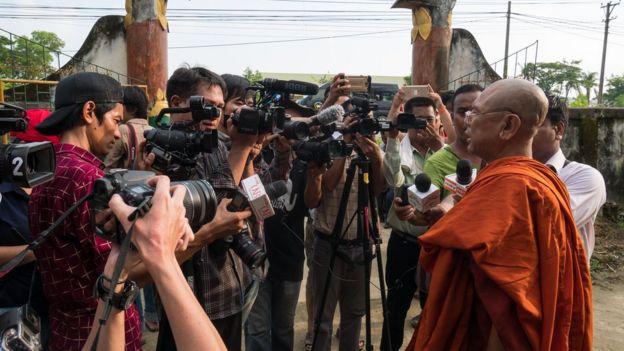 Seorang biksu lokal mengatakan orang-orang Muslim membakar rumah mereka sendiri.