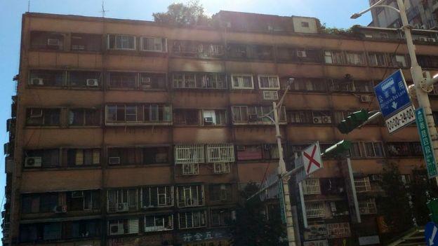 頂樓加蓋的違章建築在台灣曾經是常態,但是拆除也有其困難。