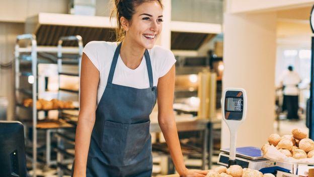 Работница пекарни