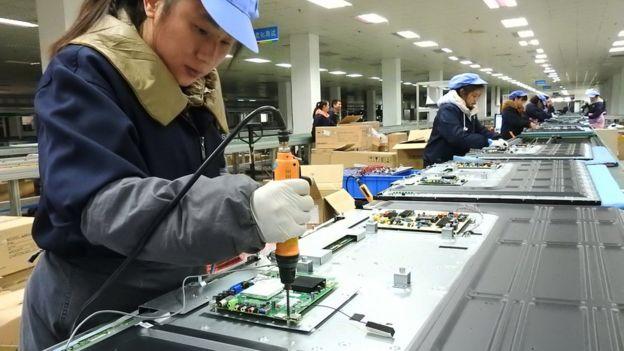 Operarias en una fábrica de televisores en China.