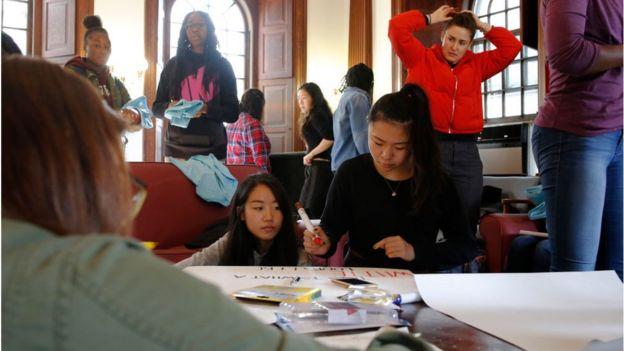 9月13日,哈佛学生在准备支持平权游行的标语。