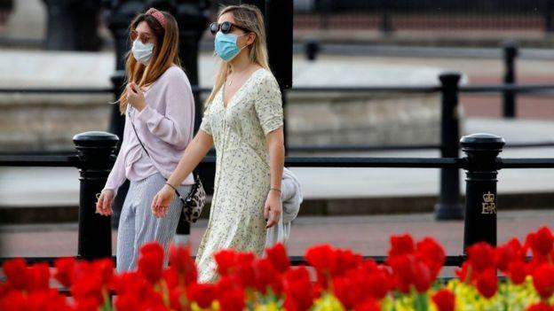 Женщины гуляют по Лондону