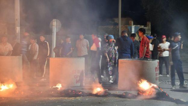 Atambayev destekçilerinin kurduğu barikat