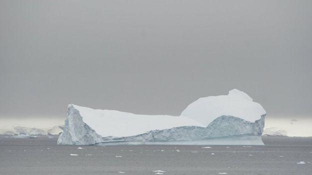 Айсберг плавает в Selvick Cove, Антарктида, 13 февраля 2018 года.