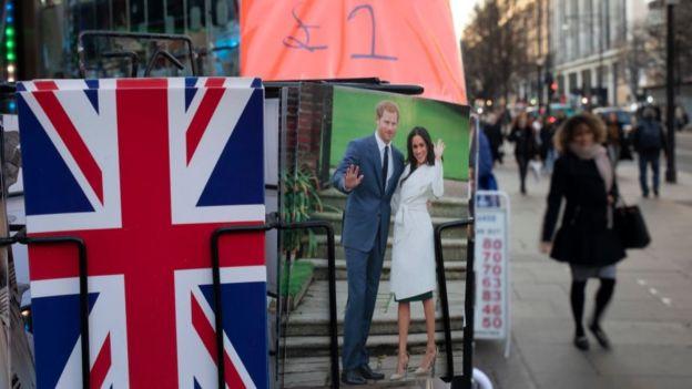 Открытки с Гарри и Меган в сувенирном ларьке на Оксфорд-стрит в Лондоне