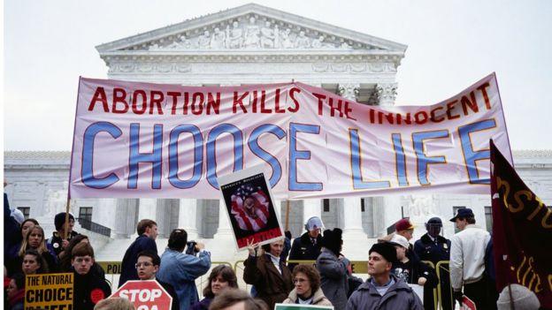 Activistas antiaborto protestan a las puertas de la Corte Suprema en 1993, el primer año de la presidencia Clinton.