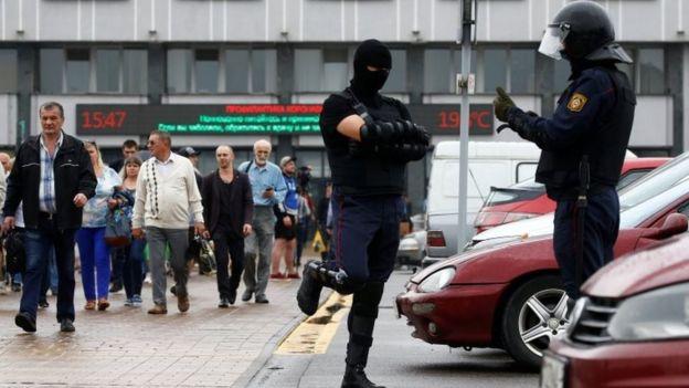 Policía cerca de la Fábrica del Tractor de Minsk el pasado miércoles.