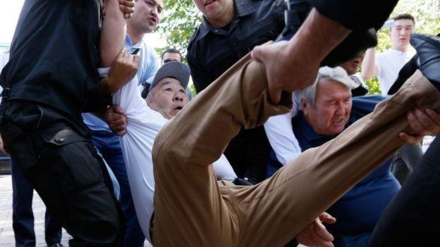 Kazakistan'da bir protestoya polis müdahale ediyor