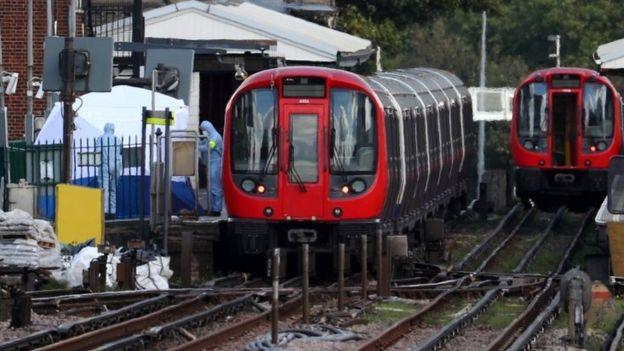 Investigadores forenses en la estación de Parsons Green, Londres.