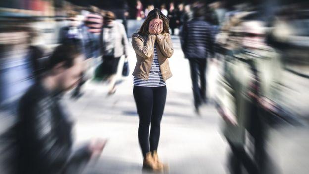 Un mujer se siente abrumada por su trabajo