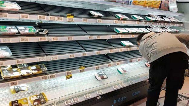 在超市,有些商品短缺。