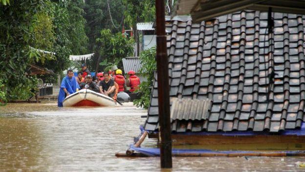 Personas en una lancha de rescate tras tsunami de Indonesia.