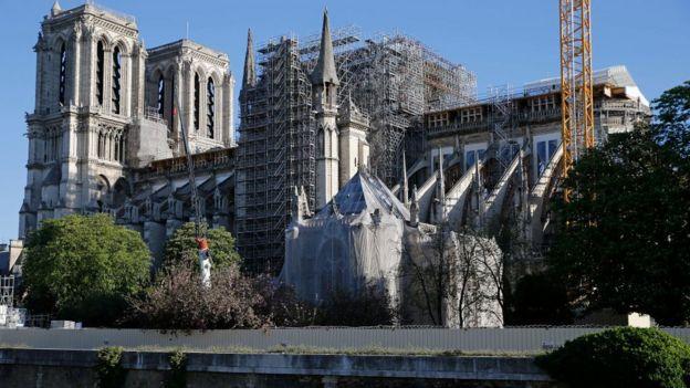Lateral da catedral de Notre Dame, em Paris