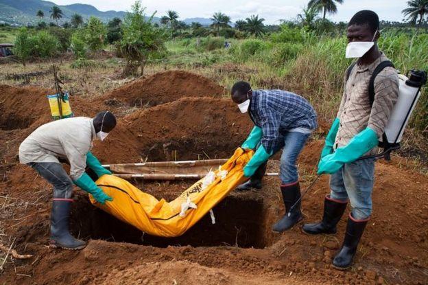 Vítima de ebola é enterrado em Serra Leoa em 2014