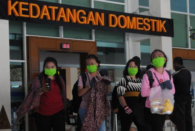 Penumpang pesawat keluar dari pintu kedatangan Bandara Adi Soemarmo, Boyolali, Jawa Tengah, Jumat (24/04).