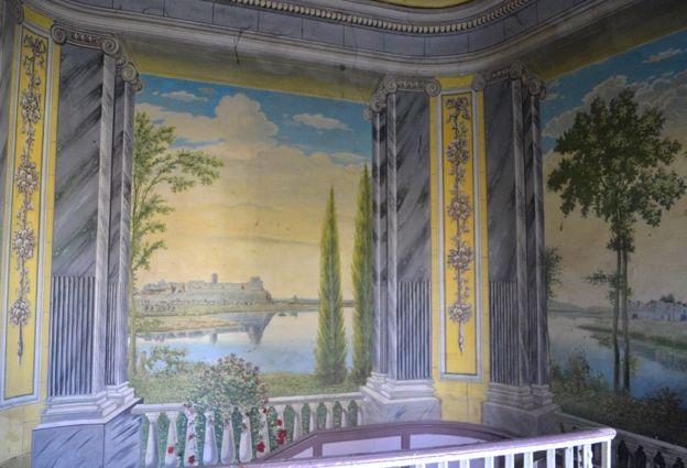 Історичні руїни прикрашали стіни поруч яких гості сходами піднімалися у бальну залу