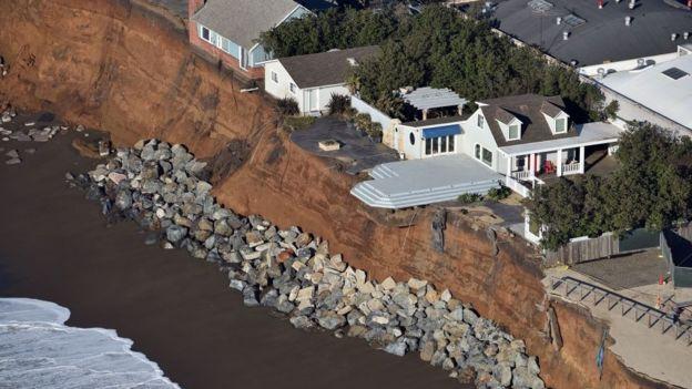 Erosão de costa na Califórnia