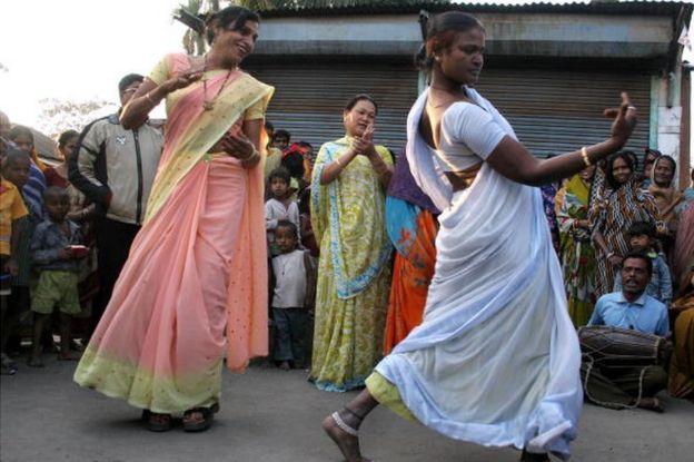 خواجہ سرا رقص کرتے ہوئے
