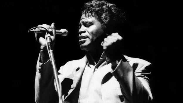 """قال تشاك دي إن أغنية """"قلها بصوت عال أنا أسود وافتخر"""" التي قدمها جيمس براون عام 1968 كانت العمل الذي أقنعه بأن يقول إنه """"أسود البشرة وليس زنجيا"""""""