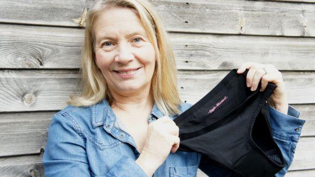 Anne sostiene uno de los productos.