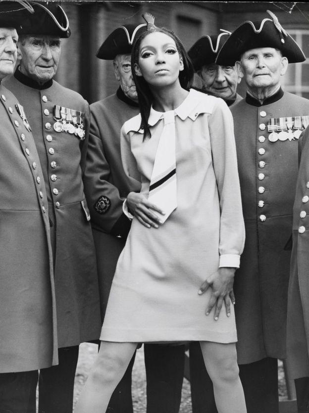 манекенщица Келли Уилсон в платье от Мэри Куант в окружении отставных гвардейцев