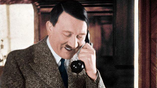 Hitler falando ao telefone