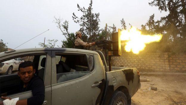 أحد المقاتلين التابعين لحكومة الوفاق الوطني يطلق النار على قوات حفتر. 21 مايو/أيار 2019