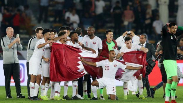 لاعبو المنتخب القطري يحتفلون بالفوز بكأس آسيا
