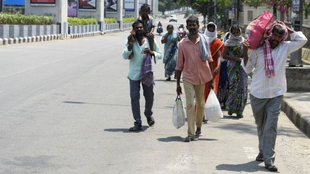 Trabajadores migrantes abandonan Hyderabad el lunes 30 de marzo.