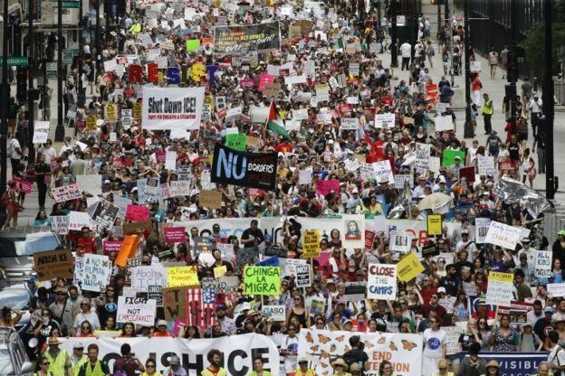 روز گذشته هزاران نفر دراعتراض به اجرای طرح اخراج مهاجران در یک راهپیمایی در شیکاگو شرکت کردند