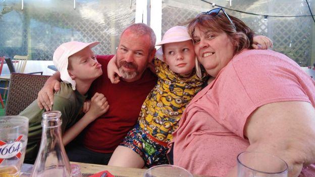 Alison et Brian McNamara avec leurs fils Reece (à gauche) et Jordan