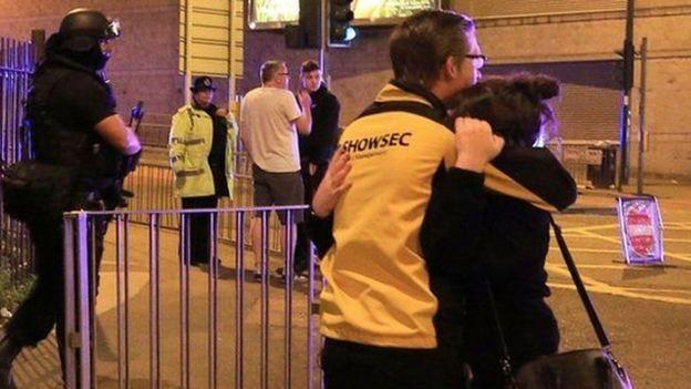 Mulher é confortada após ataque em Manchester