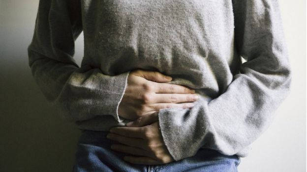 Mujer con dolor de barriga.