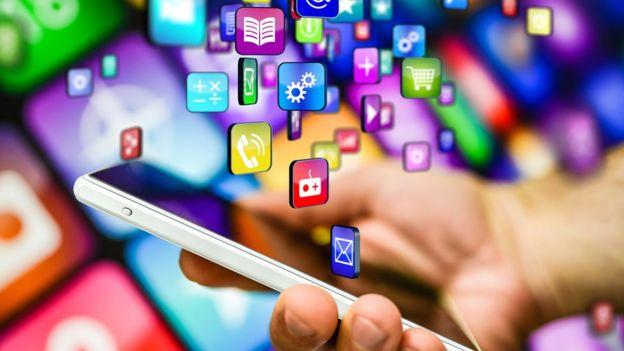 Ilustración de un teléfono inteligente y una cantidad de íconos de apps flotando.