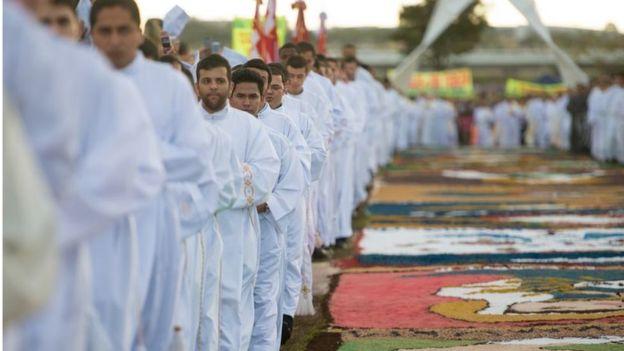 Sacerdotes em missa em Brasília em 2015