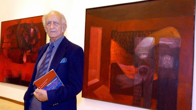 De Szyszlo frente a sus cuadros durante una exposición en Roma