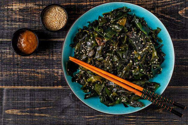 Prato com algas, uma das fontes de iodo para veganos