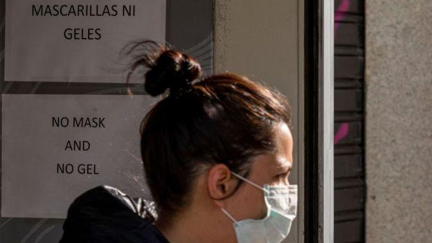 cartel en España anunciando que no hay mascarillas.