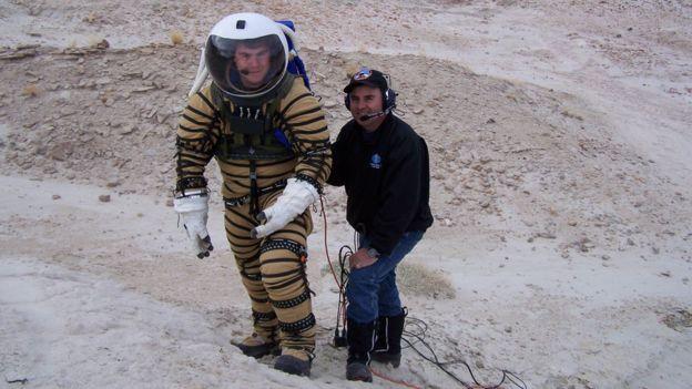 El ingeniero Juan Pablo de León con uno de sus diseños de trajes espaciales.