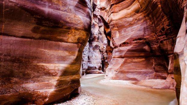 Una cueva con vistas a Wadi Mujib, cerca del Mar Muerto.