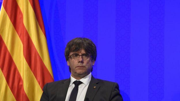 Puigdemont, junto a una bandera de Cataluña, en una conferencia de prensa en Barcelona.