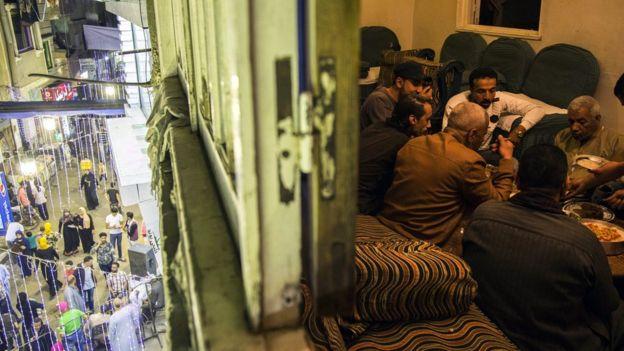 مصريون يتناولون الإفطار في رمضان
