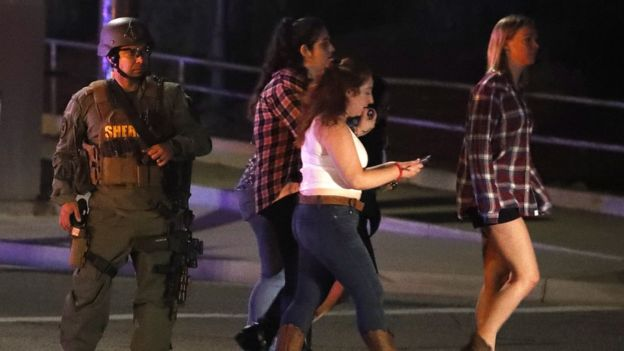 olay yerinde bir polis ve siviller