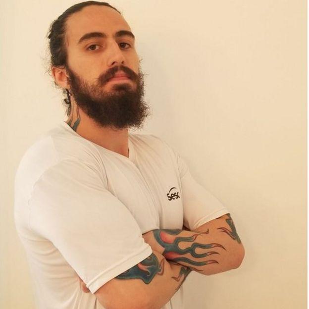 Este joven investigador dice que ya perdió algunos trabajos por tener tatuajes.