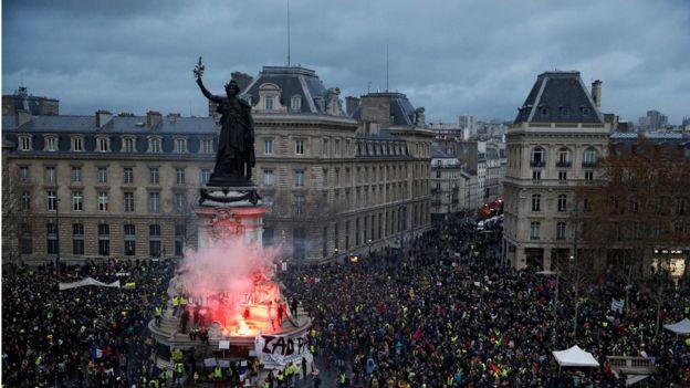 معترضان با تاریک شدن هوا به میدان پلاس دو لا رپوبلیک رفتند