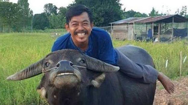 Thong Kham trông như đang nhe răng cười trong nhiều tấm ảnh